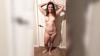 Milfs: Average milf shaking her ass
